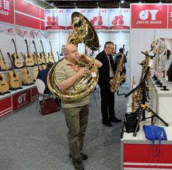 Selbst ausprobieren die Basstuba, hier in Halle 10.2 Classic meets Jazz.© massow-picture