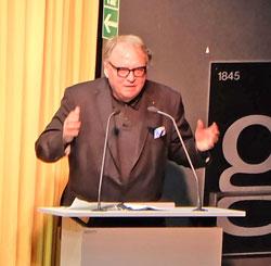 """Staatssekretär Walter Schumacher las den Text """"Ein Fall größerer Zufriedenheit"""" von Ror Wolf. © massow-picture"""