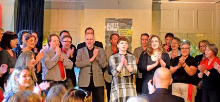 Die 36 Sängerinnen und Sängern des PopJazzChor Wiesbaden unter Leitung Clemens Schäfers eröffnen im Thalhaus die 16. Kurze Nacht der Galerien und Museen Wiesbaden.Foto:© massow-picture