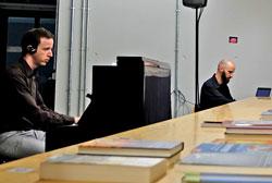 Daniel Lorenzo (Klavier) und Jan Baumgart (Klangregie), hinten. Foto: © massow-picture