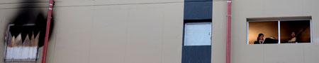 Während man Franz Bibers Rosenkranzsonate von Aglaya Gonzalez und Ota Kohei lauscht, entdeckt man zwei Während man Franz Bibers Rosenkranzsonate, gespielt  von Aglaya Gonzalez und Ota Kohei, lauscht, entdeckt man zwei Fenster daneben die simulierte Katastrophe.© massow-picture
