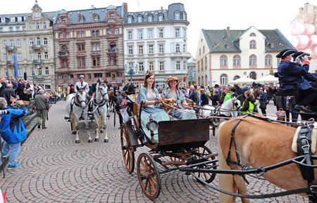 Begrüßung und Vorstellung der Kutscher und Kutscherinnen vor dem Rathaus, Heike v. Goddenthow © massow-picture