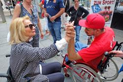 Kulturdezernentin Rose-Lore Scholz stieg selbst in den Rollstuhl, hier schlägt sich ab mit Rollifahrer Etienne Glaster. © massow-picture