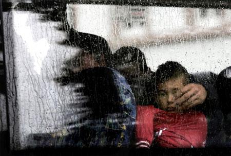 """André Hirtz, Bildredakteur beim """"Darmstädter Echo"""", erhielt den mit 2.000 Euro dotierten Preis """"Foto des Jahres 2015"""". Sein Bild zeigt Flüchtlinge bei ihrer Ankunft in Darmstadt. Ein Mann hält seine Hand schützend über ein Kind."""