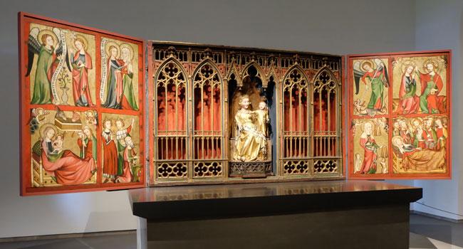 Altenburger Altar: Hochaltarretabel mitsamt seinem Schreinkasten, der zentralen Muttergottesfigur und den Flügelbildern mit Passions- und Mariendarstellungen. © massow-picture
