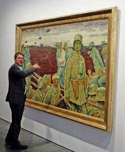 """Alexander Klar erläutert die monumentalisierte Darstellung von Figuren an Erlers Werk """"Der Kompanieführer"""" (17.4.1917) nach einem festen Kompositionsschema, welches er sich von Hodler angeeignet hatte. © massow-picture"""