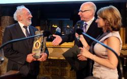 Prof. Dr. Peter Schlobinskie und Dr. Andrea-Eva Ewels überreichen Dieter Hallervorden (links) den Preis. © massow-picture