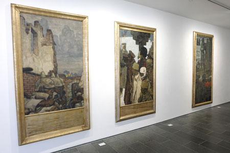 """In einer Reihe Fritz Erlers kriegsverherrlichende Werke """"Im Kampf"""" (1906), Soldaten (1916) und """"Kämpfer vor Verdun"""" (1916). © massow-picture"""