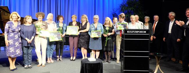Die Preisträger, gemeinsam mit Kulturdezerentin, Rose-Lore Scholz, ganz links. © massow-picture