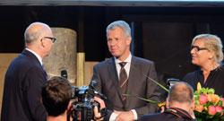 Prof. Dr. Peter Schlobinskie und Dr. Andrea-Eva Ewels überreichen Peter Kloeppel (mitte) den Preis. © massow-picture