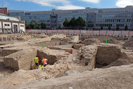 Umfangreiche Fundamente des alten Stadttors, aber auch alter Wasserleitungen, mittelalterlicher Bauten und Reste einer Brücke müssen erst einmal dokumentiert werden, bevor es mit dem Aushub für den Neubau des Archäologischen Zentrums Mainz weitergehen kann.  Foto: © massow-picture