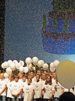 200 Chorkinder singen zum Finale ein Geburtstagsständchen bis es goldene Konfetti regenete © massow-picture