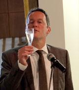 Oberbürger Michael Ebling stößt auf ein gutes Gelingen der Ausstellung mit einem Gläschen Scheurebe-Sekt an. © massow-picture