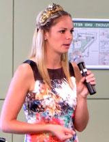 Weinkönigin Sabrina Becker, 24jährige Winzertochter, ist mit Weinanbau großgeworden. © massow-picture