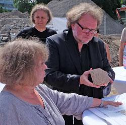 Thomas Metz zeigt eine Fliese. Man werde untersuchen lassen, ob diese in Mainz in einen der 4 bis 5 Fliesenbrenn-Öfen gebrannt wurde. Foto: Diether v. Goddenthow © massow-picture