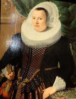 """Gottfried von Wedig (1583 - 1641), Bildnis der Magdalena Stroe, 1631 (Wallraf-Richartz-Museum & Fondation Corboud, Köln). Ab 1625 kommt in Frankreich die """"Robe"""" in Mode, ein schwarzes Obergewand, das sich vermutlich aus dem """"Vlieger"""" entwickelte. Die Ausstellung zeigt ergänzend zum Bild eine Originalrobe sowie ein Kragengestell u. vieles mehr. Foto: © massow-picture"""