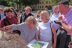 Frau Dr. Marion Wittemeyer gibt einen Überblick über Art und Lage der Funde in der Gesamtanlage, hier mit Doris Ahnen und Michael Ebling.Foto: Diether v. Goddenthow © massow-picture