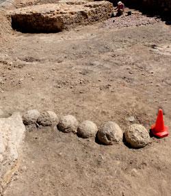 Ähnlich wie in der Feste Ehrenbreitstein (Koblenz), wurden auch unter dem Neutor Rund-Steine, Wurfgeschosskugeln, entdeckt, die man als womöglich später Fundamentsteine verbaute. © massow-picture