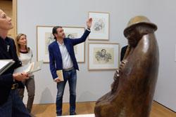 """Kurator Roman Zieglgänsberger führt durch die Ausstellung. Im Vordergrund die Barlach-Skulptur """"Der Flötenbläser"""", der symbolisch für die innere Emigration und Rückzug ins Private im Dritten Reich steht. Foto: © massow-picture"""