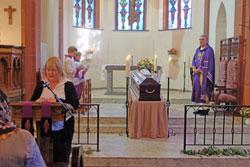 Die Lesung der Totenmesse   beim Beerdigungs-Happing.© massow-picture