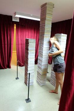 Im Erinnerungstempel der Bürokatie können interessierte Besucher, wie hier die Dame auf dem Foto die Türme reglementierender Verordnungen bis ins nächste Stockwerk verfolgen.  © massow-picture