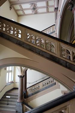 """Treppenhaus des Neo-Renaissance-Gebäudes, jahrelang auch Kulisse von """"Ein Fall für 2"""". Foto: Diether v. Goddenthow © massow-picture"""