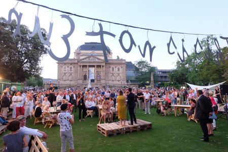 Rund 500 Besucher feierten im Festivalzentrum hinter dem Theater am Warmen Damm die Eröffnung der Wiesbadener Biennale 2016.  Foto: Diether v. Goddenthow © massow-picture
