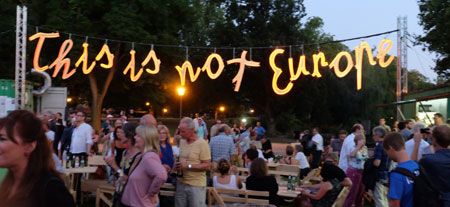 Abends im Festival-Zentrum leuchten die Lettern der Schriftgirlande  Foto: Diether v. Goddenthow © massow-picture