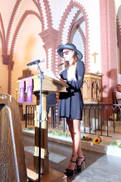 """Gisela Lohfink ist Haupttrauernde beim Spektakel Dries Verhoevens Begräbnisfeier zur Verabschiedung """"unserer Privatsphäre"""" Foto: Diether v.Goddenthow © massow-picture"""