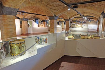 Einen eigenen Weg durch die Ausstellung können Sie auch entlang dreier Zeichen unternehmen, die Ihnen Objekte aus der Wiesbadener Geschichte zu den Themen Wasser und Quellen, Herrschaft und Macht und Religion und Glaube im Wandel der Jahrhunderte näherbringen.Foto © massow-picture