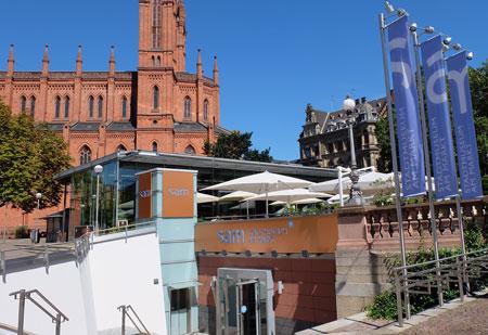 sam - Zum Stadtmuseum am Marktkeller geht's vom Dern'schen Gelände aus hinunter in den Marktkeller. Lumen-Gastronomie und Marktkirche im Hintergrund. Foto © massow-picture