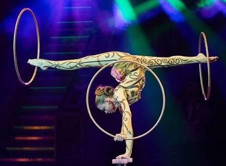 Die 19jährige Alena Ershova verbindet in perfekter Technik neue Formen der Handstadt-Equilibristik mit Hula-Hoop-Reifen zu einem poetischen Gesamtkunstwerk © Kulturamt der Stadt Wiesbaden