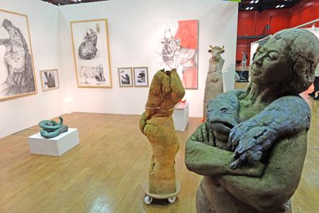 Die meisten der 99 Künstler präsentieren ihre Werke in großzügigen gut einsehbaren Kunst-Kabinen. Bild zeigt Stadt von Carmen Stahlschmidt    © massow-picture