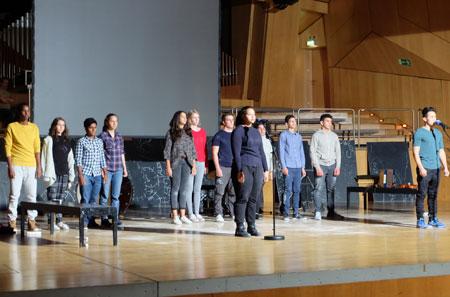 """Das internationale Jugend-Ensemble des Stückes """"Frankfurt Babel"""" erhielten viel Applaus. © massow-picture"""