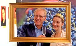 Ingo Steitz, rheinhessischer Weinbaupräsident posiert mit der neu  gewählten 22jährigen rheinhessischen Weinprinzessin Rebecca Stephan für die Fotografen. Foto: Diether v. Goddenthow  © massow-picture