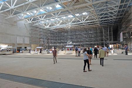 Jetzt kann mit dem Innenausbau der Kongresshalle begonnen werden, in der einmal bis zu 3000 Besucher Platz haben werden. © massow-picture