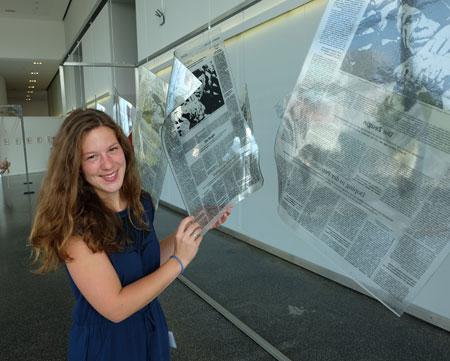 Susanne Kunkel, Glaskünstlerin posiert vor ihrer gläsernen Zeitung.  Foto: Dieter v. Goddenthow © massow-picture