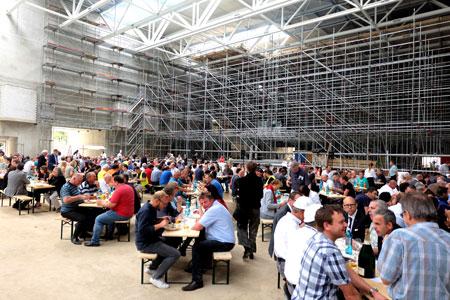 Blick in die spätere 5000 qm große Kongresshalle, hier für die Gäste und Bauwerker des Richtfestes.Foto: Diether v. Goddenthow © massow-picture