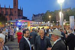 """(li) Dr. Philipp Salamon-Menger, Nachfolger von VHS-Direktor Hartmut Boger (re) im Gespräch mit Theo Baumstark (m.), Pate eines """"Wiesbadener Lieblingsstücks"""". Foto: Diether v. Goddenthow © massow-picture"""