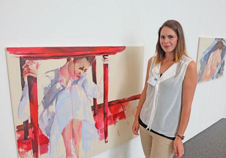 """Lea Schweikhard vor einem ihrer titellosen wunderbaren Malereien , Titelvorschlag: """"Die Schutzsuchende in rot""""   Foto: Diether v. Goddenthow © massow-picture"""