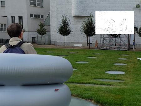 Ausstellungsansicht im Städel-Garten mit Blick auf die im einstündigen Loop bespielte Leinwand Foto: Diether v. Goddenthow