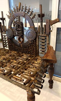 Die von Goncalo Mabunda designten Möbel, hier Untitled Throne, 2015, setzen sich aus Waffen zusammen, die aus dem 16 Jahre lang wütenden und bis 1992 andauernden Bürgerkrieg in Mosambik übrig geblieben sind.Foto: Diether v. Goddenthow © massow-picture