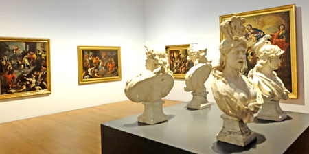 """Caravaggios Erben - Barock in Neapel. Ausstellungsansicht Raum 16 mit den vier marmornen weiblichen Allegorien """"Europa"""", """"Asien"""", """"Afrika"""", """"Amerika"""". Museum Wiesbaden 2016. Foto: Diether v. Goddenthow"""