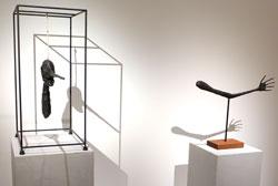 Alberto Giacometti Le Nez, 1947, Solomon R. Guggenheim Museum, New York.  u. La Main, 1947 Esther Grether Familiensammlung. Foto: Diether v. Goddenthow © atelier-goddenthow