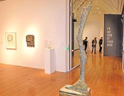 """Kunsthalle Schirn Giacometti u. Nauman. Ausstellungsansicht, im Vordergrung: Alberto  Giacometti """"La jambe"""" 1958. Foto: Diether v. Goddenthow © atelier-goddenthow"""