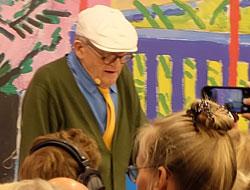 Künstlerlegende David Hockney präsentiert auf dem Taschen-Stand seinen Sammelband digital gemalter Bilder. Foto: Diether v. Goddenthow © atelier-goddenthow gefunden. Veranstaltungsbühne von TheArts.