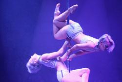 Duo Sienna mit ihrer Duo-Pole-Nummer. Foto: Diether v. Goddenthow © atelier-goddenthow
