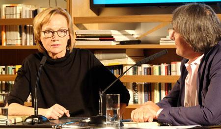 """Shortlist-Autorin Eva Schmidt im Gespräch mit Gert Scobel über ihr Werk """"Ein Langes Jahr"""" (Jung und Jung, Salzburg) Foto: Diether v. Goddenthow © atelier-goddenthow"""