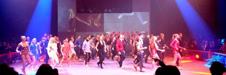 Nach ihrer Abschluss-Tanzperformance hatten sich die Gewinner des European Youth Circus-Festivals 2016 im Halbrund zur Preisverleihung in der Manege platziert. . Foto: Diether v. Goddenthow © atelier-goddenthow