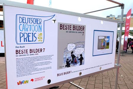 """Die Freiluftausstellung """"BESTE BILDER"""" vor dem großen Lesezelt auf der Frankfurter Buchmesse zeigt 50 der besten Cartoons, darunter auch die der drei diesjährigen Gewinner des Deutschen Cartoonpreises 2016.  Foto: Diether v. Goddenthow © atelier-goddenthow"""